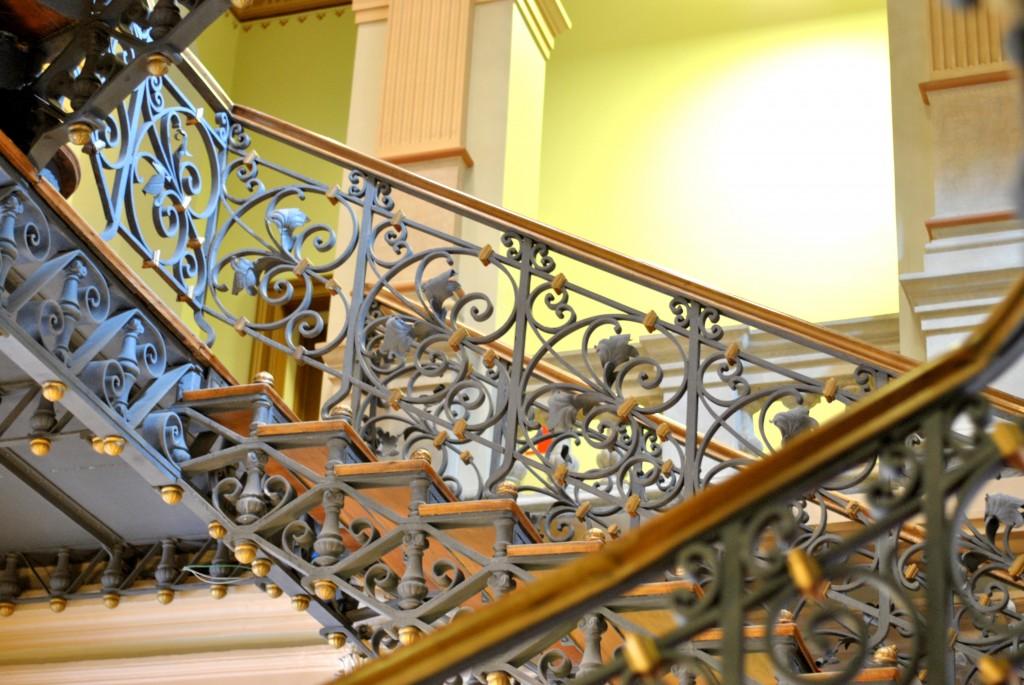palavras em fotos com mais escadas em arabesco no museu Belo Horizonte