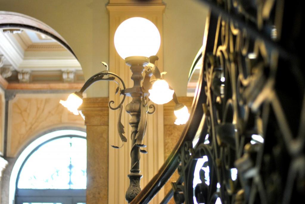 palvras em fotos por outro ângulo das escadas no museu Belo Horizonte