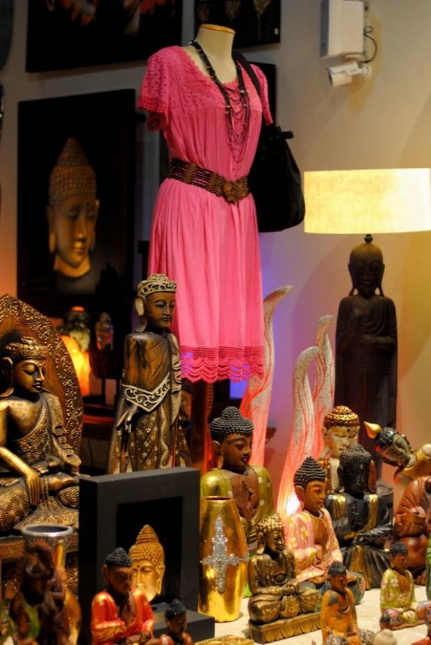 Vestido rosa e objetos importados