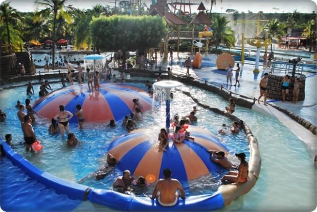boias gigantes e fotos do parque aquático de Olímpia