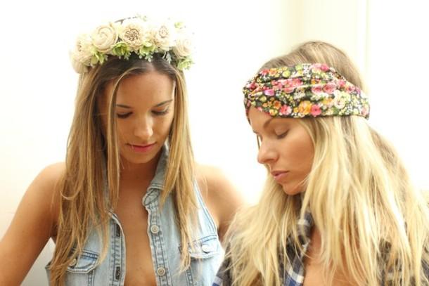 Turbante e flores na cabeça para festa de carnaval