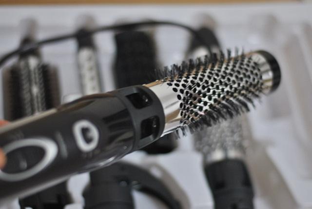 cabelos cacheados modelados com escova