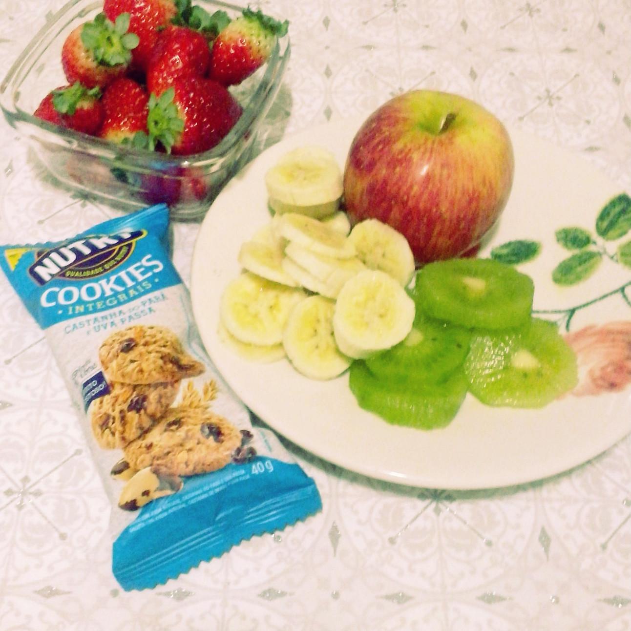 salada de frutas com biscoito integral