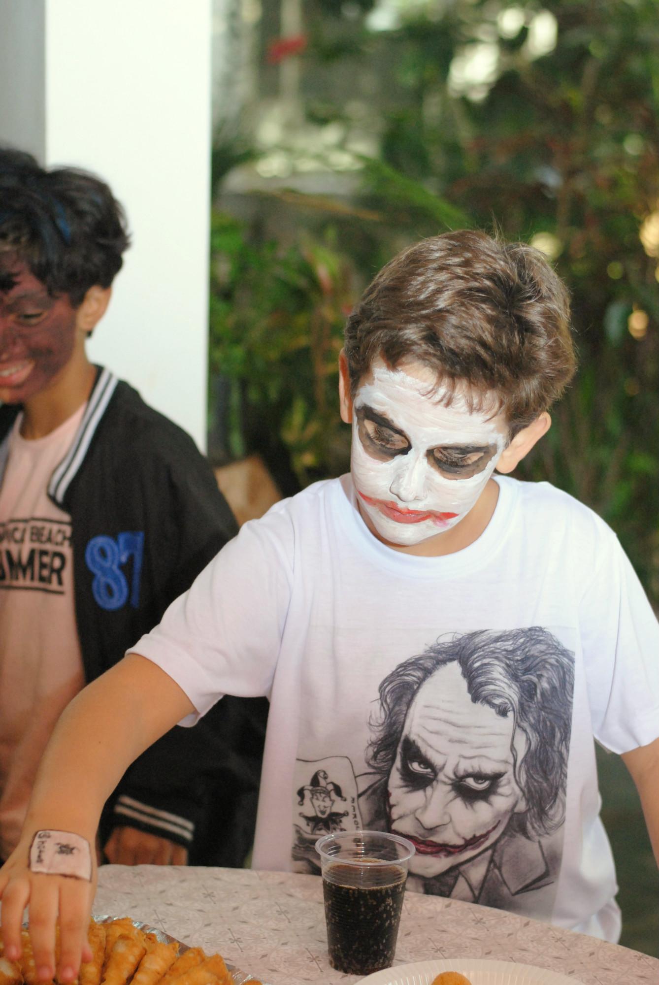 Máscara coringa no Halloween