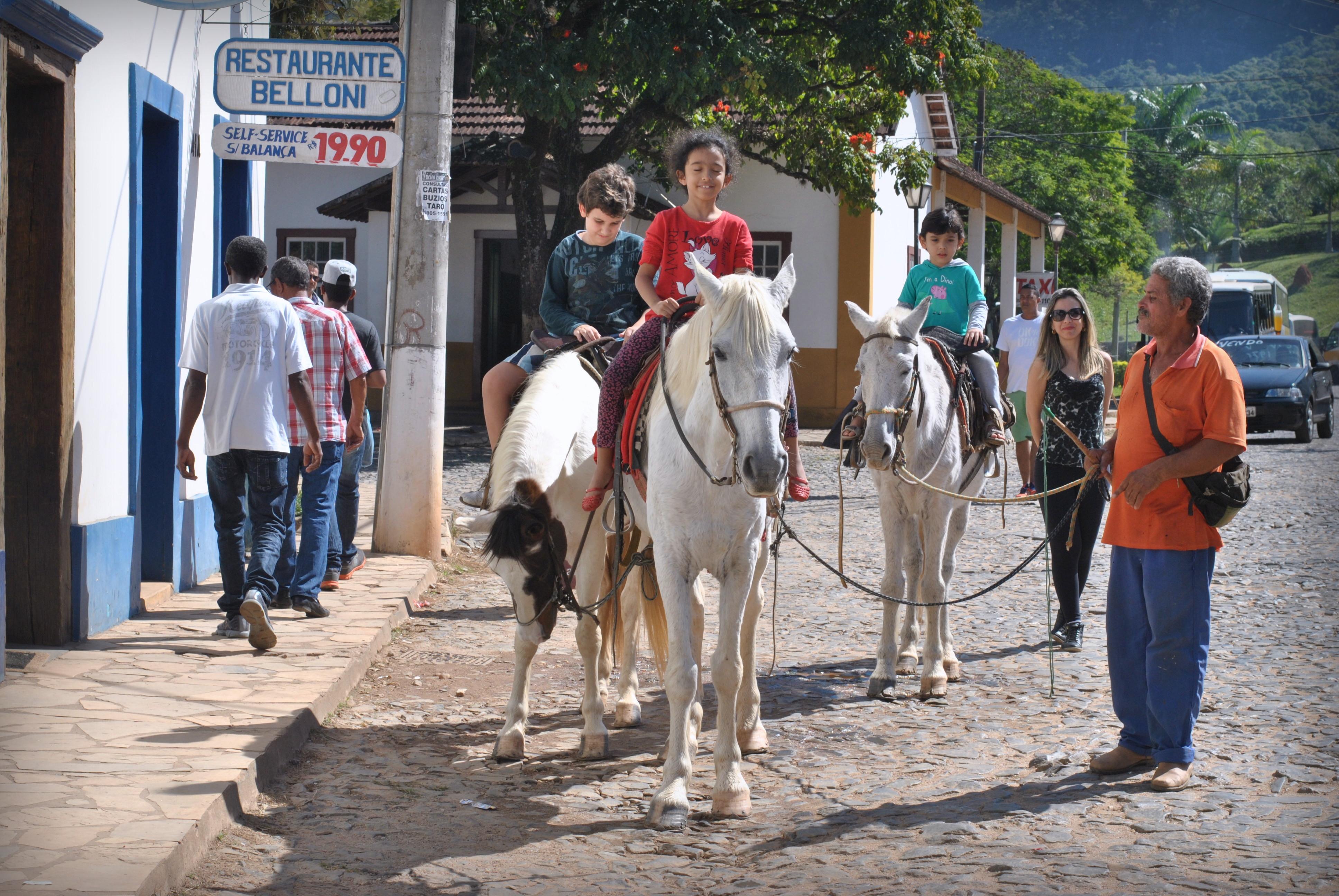 Crianças andam de cavalo em Tiradentes